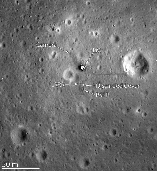 Imagem de satélite mostra sítio de pouso da Apollo 11. Ausência de sombra da bandeira indica que ela caiu mesmo. (Crédito: Nasa)