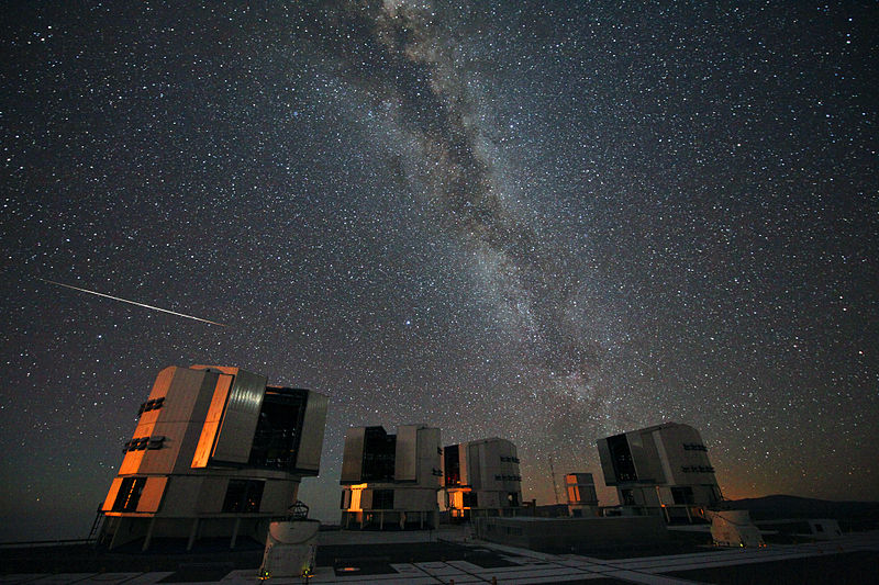 Um meteoro das perseidas fotografado sobre o VLT, instalação astronômica nos andes chilenos