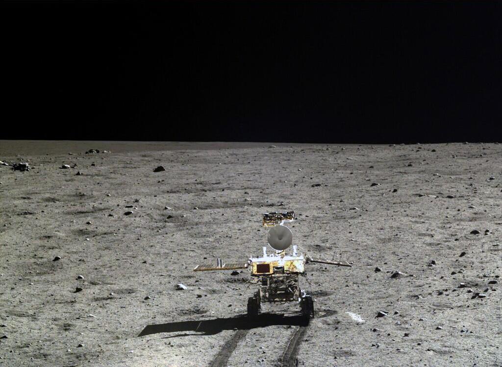 O jipe robótico chinês Yutu roda pela Lua