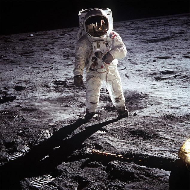 Edwin Aldrin na Lua, em 20 de julho de 1969. Armstrong aparece no reflexo do capacete.