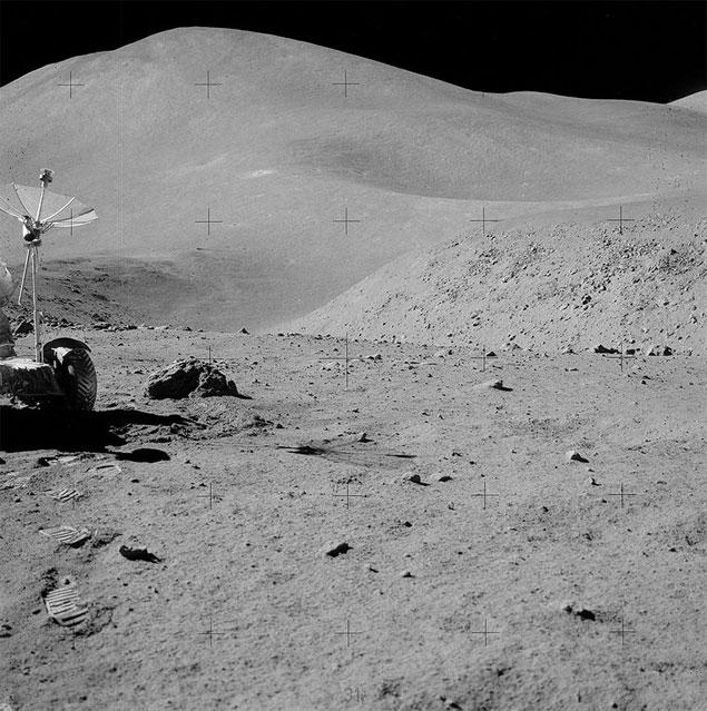 Imagem tirada da superfície da Lua pelos astronautas da Apollo 15