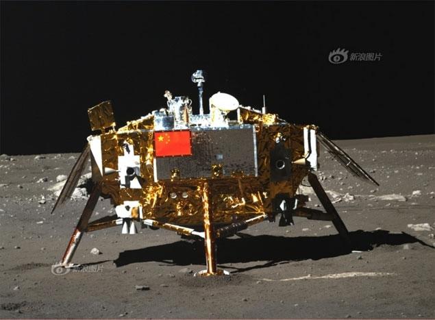 O jipe Yutu fotografa o módulo da Chang'e-3, que o trouxe até a Lua em 2013. (Crédito. CNSA)