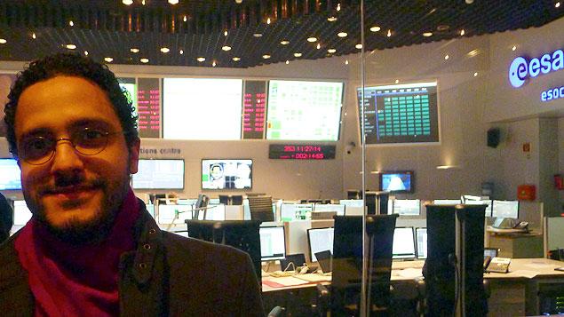 Alberto Krone-Martins no centro de controle da missão em Darmstadt, na Alemanha