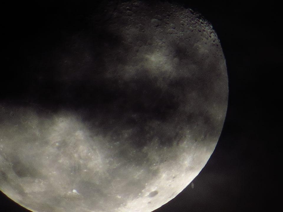 Saturno prestes a se esconder por trás da Lua, em foto de Leo Caldas