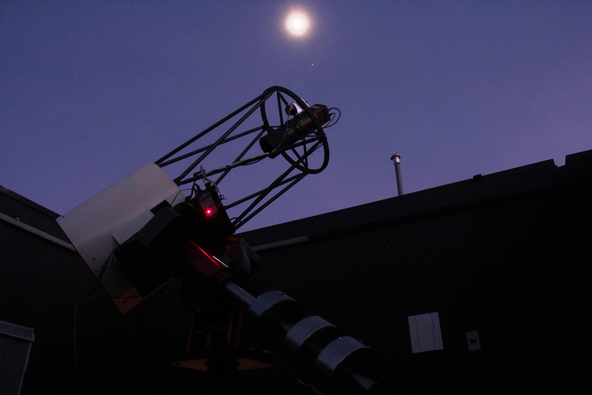 O belo telescópio do observatório SONEAR sob a luz do luar