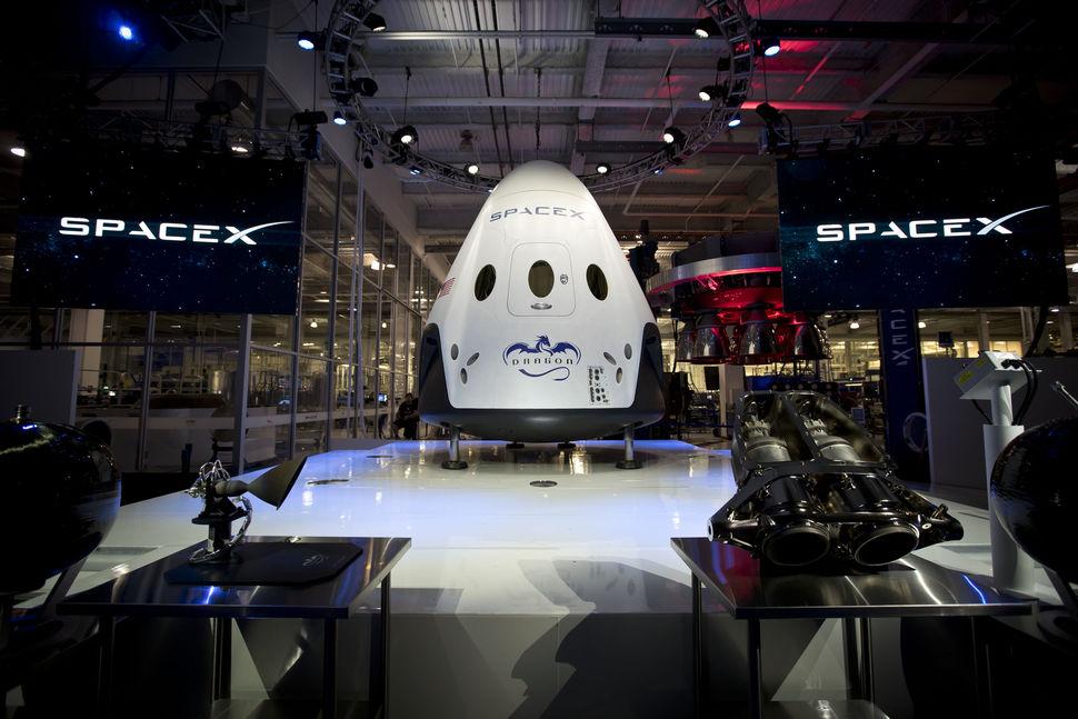 A Dragon V2 é o centro das atenções: uma cápsula que aterrissa com trem de pouso.