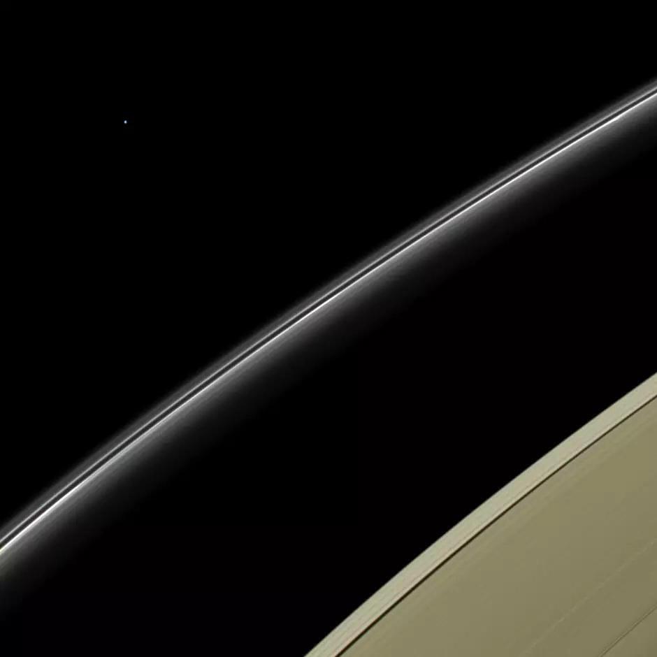 Urano e os anéis de Saturno no mesmo quadro, por obra da sinda Cassini.