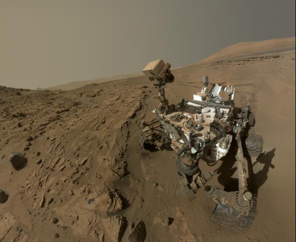 Jipe Curiosity faz um selfie para comemorar um ano de trabalho em Marte.