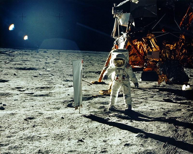Buzz Aldrin à frente do módulo lunar em julho de 1969 -- há 45 anos!