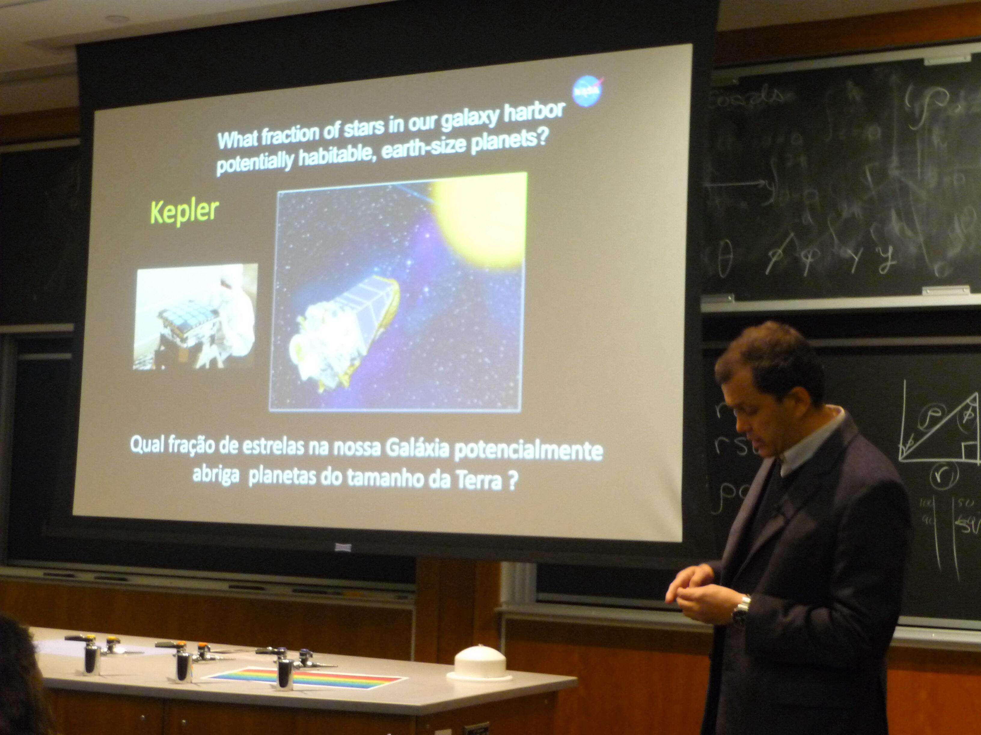 José Dias do Nascimento Júnior faz apresentação sobre o satélite Kepler.