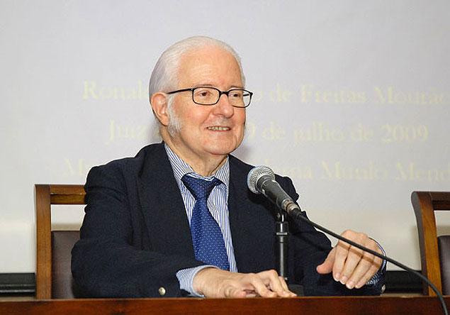 O astrônomo Ronaldo Mourão (1935-2014), em 2009, na Universidade Federal de Juiz de Fora (MG)