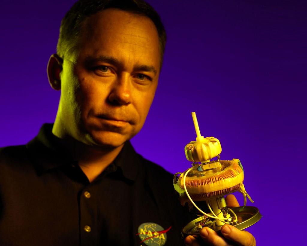 """Harold """"Sonny"""" White, físico da Nasa, e um propulsor que dispensa combustível. Estão dizendo que funciona... (Crédito: Nasa)"""