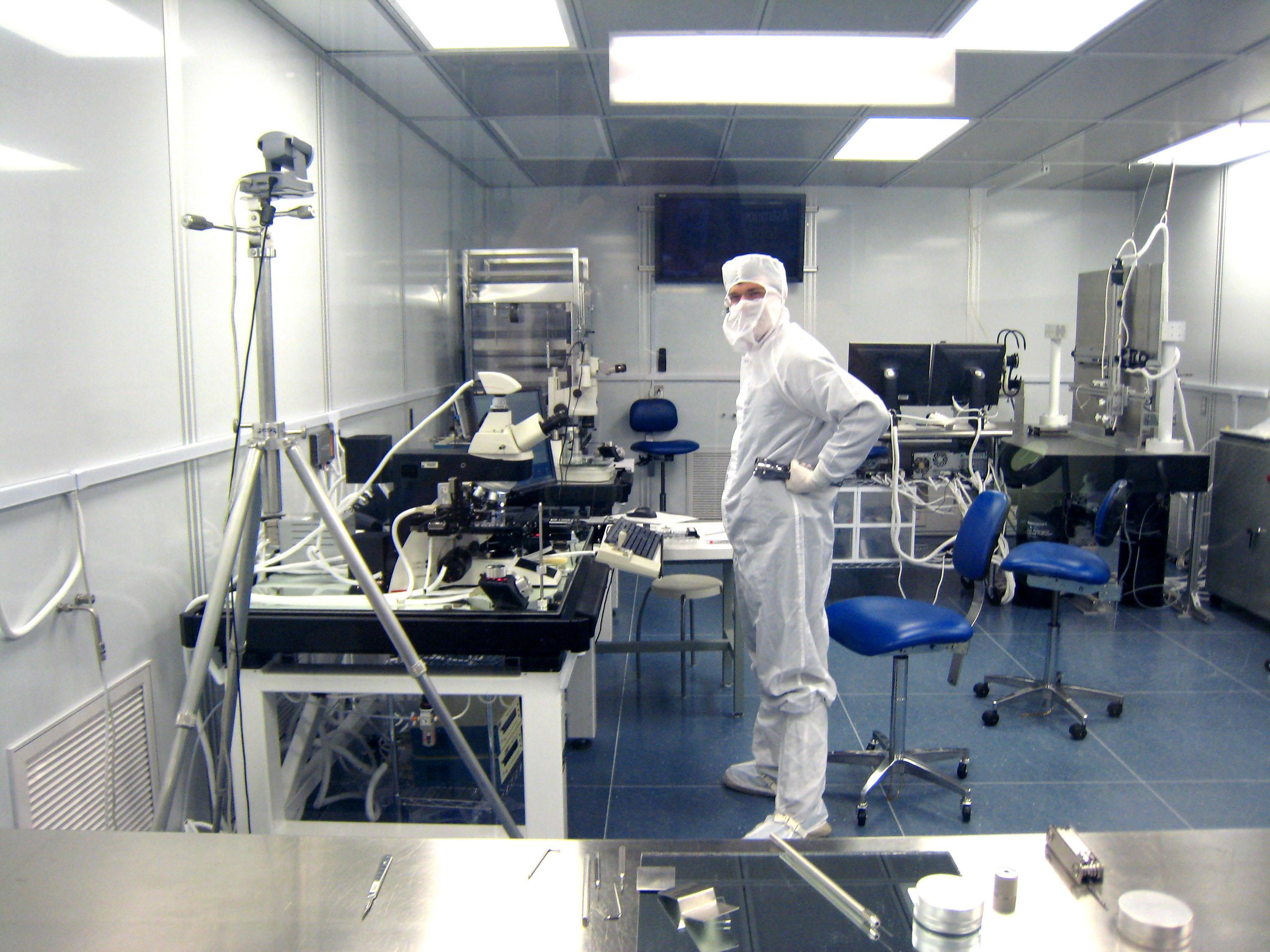 Processamento de amostras em laboratório da Stardust, no Centro Espacial Johnson, da Nasa.