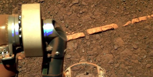 Em tese, esse veio mineral de gipso fotografado pelo jipe Opportunity em solo marciano poderia conter fósseis.