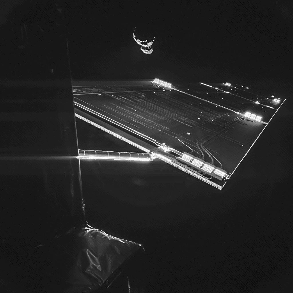 Os painéis solares da Rosetta com o cometa ao fundo. Que aventura!