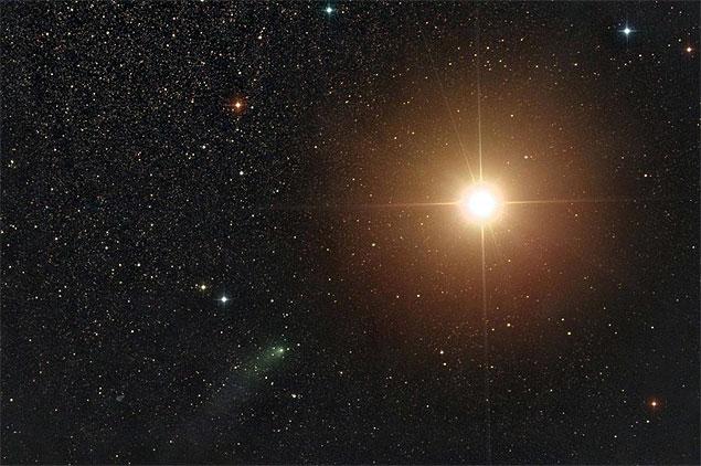 O cometa Siding Spring passa de raspão por Marte, em imagem do astrofotógrafo Damian Peach.