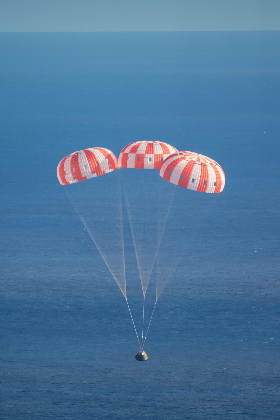 Retorno da cápsula Órion no oceano Pacífico, após histórico voo de teste.
