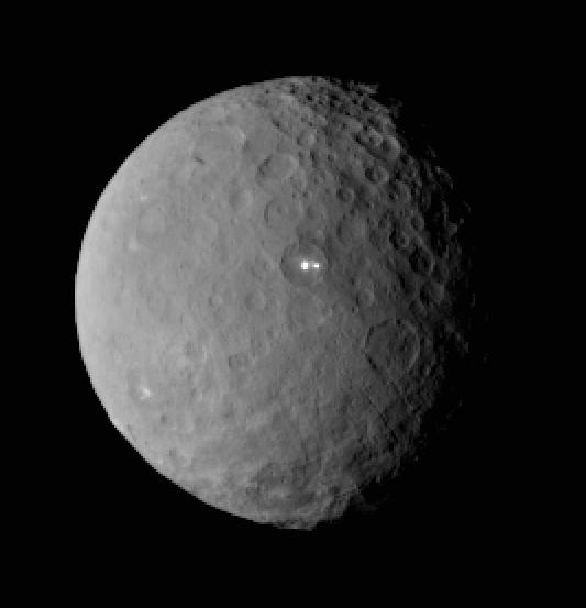 Imagem de Ceres obtida pela Dawn a 46 mil km do planeta anão revela dois misteriosos pontos brilhantes na superfície. (Crédito: Nasa)