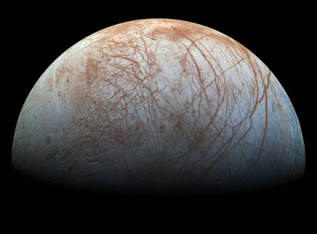 Nasa planeja missão dedicada a Europa, que tem um oceano global sob o gelo. (Crédito: Nasa)