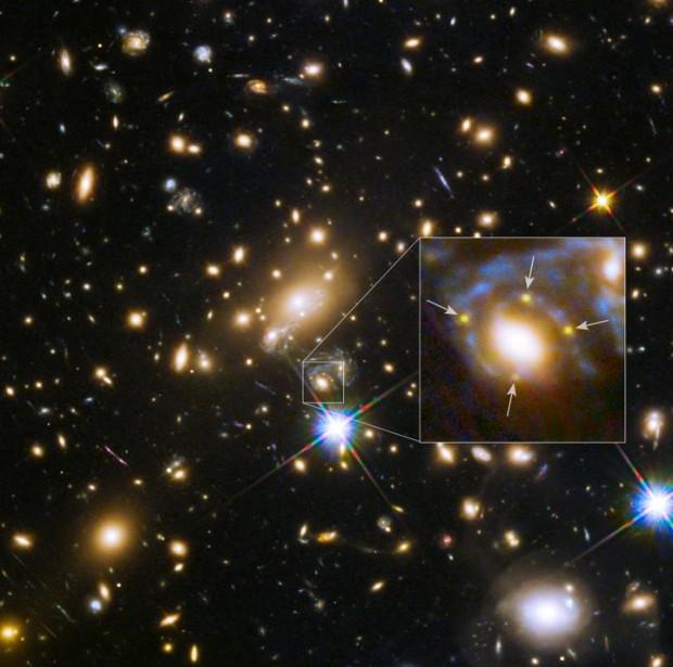 Uma única supernova aparece em quatro lugares diferentes. Como pode? Einstein explica. (Crédito: Nasa/ESA)