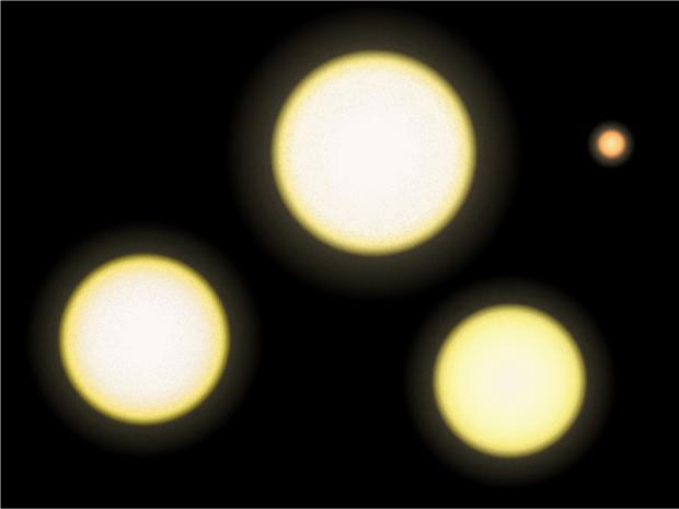 Comparação de tamanho entre o Sol (à esquerda) e o trio de Alfa Centauri, A, B e Proxima (Crédito: Wikipedia Commons)