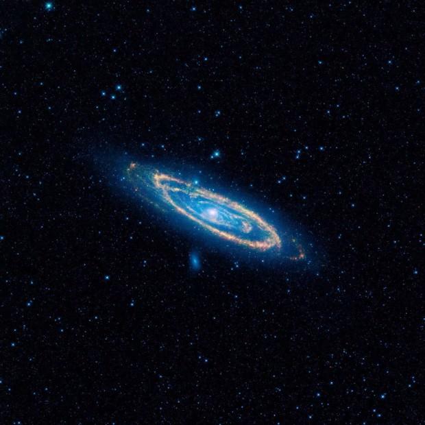 Imagem infravermelha feita pelo satélite Wise de Andrômeda, uma das 100 mil galáxias estudadas. (Crédito: Nasa)
