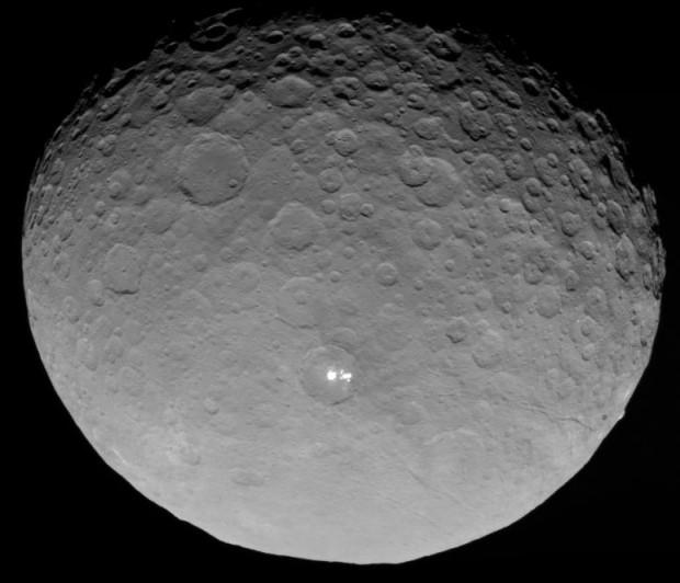 Imagem obtida pela sonda Dawn de Ceres a 13.600 km de altitude. Cada pixel representa 1,3 km. (Crédito: Nasa)