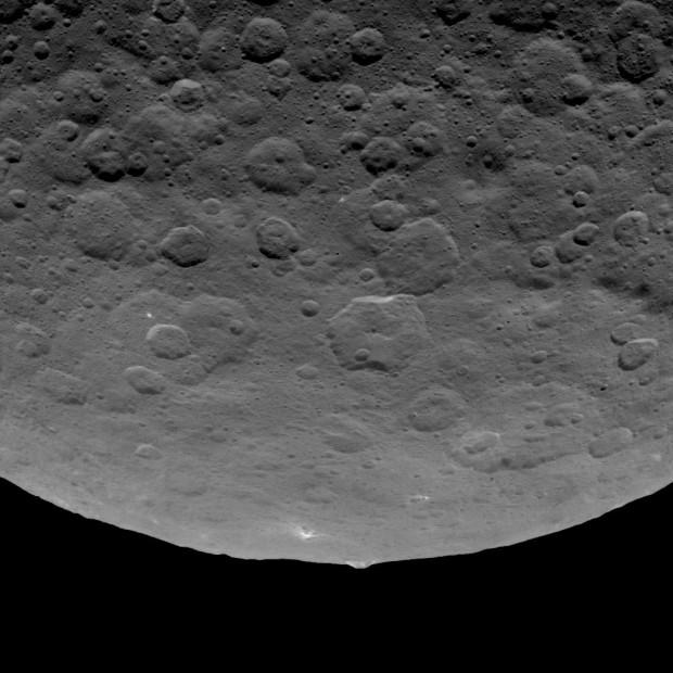 Imagem da sonda Dawn revela montanha de 5 km em Ceres (Crédito: Nasa)