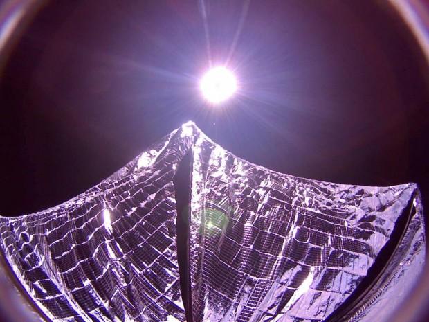 As velas do LightSail abertas no espaço, sob a luz do Sol, em imagem transmitida nesta terça (09). (Crédito: Planetary Society)