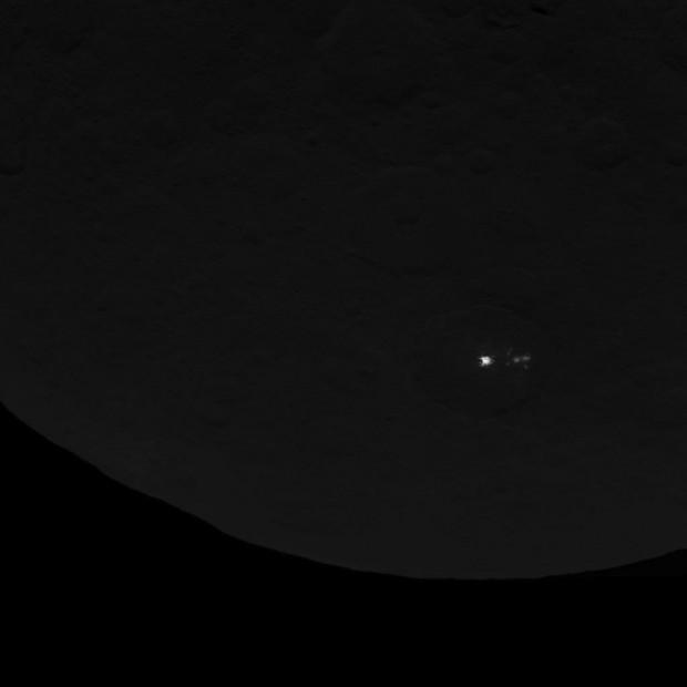 Os pontos brilhantes de Ceres na imagem mais recente da Dawn (Crédito: Nasa)