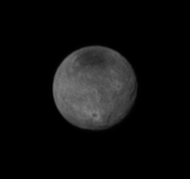 Caronte revela mais crateras de impacto. Mas também tem desfiladeiros maiores que o Grand Canyon. (Crédito: Nasa)