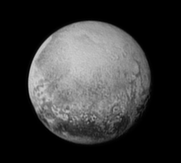 Uma possível cratera de impacto em Plutão  e, mais ao lado, quase na borda do disco, possíveis desfiladeiros. Sinais de tectonismo? (Crédito: Nasa)