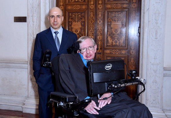 Yuri Milner e Stephen Hawking no lançamento da Breakthrough Listen, na Royal Society, em Londres. (Crédito: Breakthrough Initiatives)