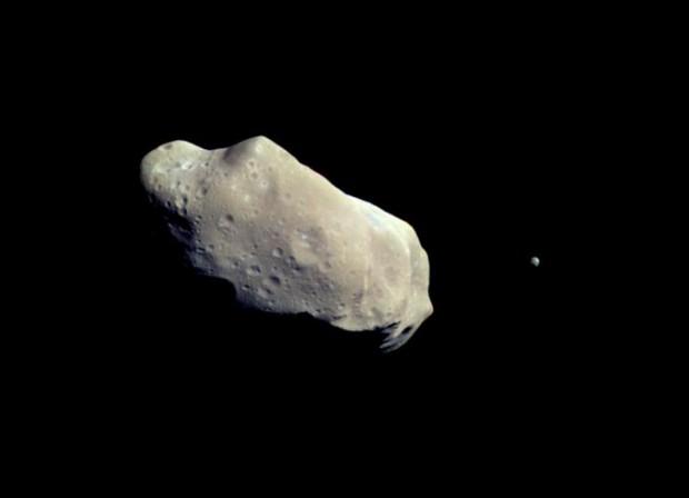 O asteroide Ida e sua lua Dáctilo, em imagem da sonda Galileo (Crédito: Nasa)