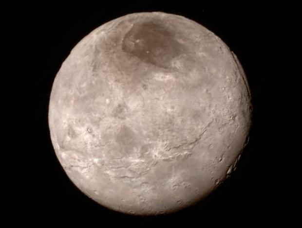 Caronte como você nunca viu, fotografada pela New Horizons durante o sobrevoo. (Crédito: Nasa)