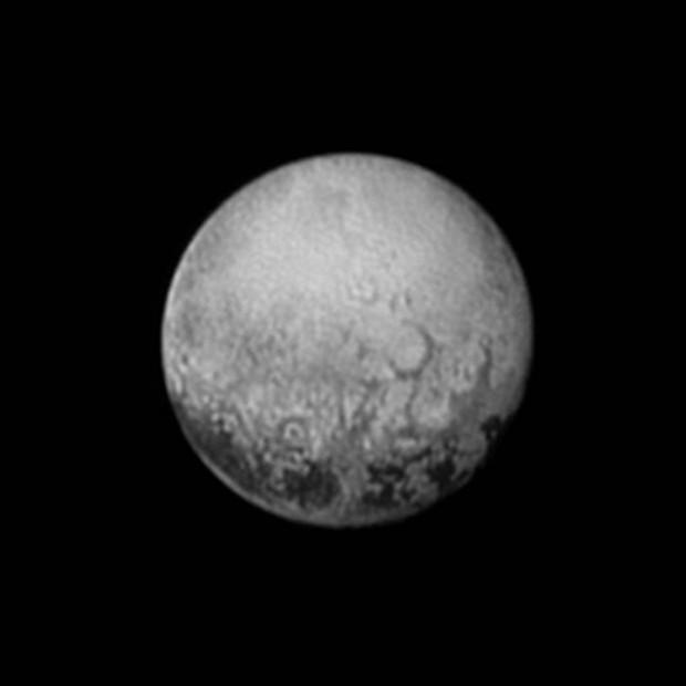 A melhor imagem que teremos das manchas espaçadas de Plutão, feitas a 4 milhões de km de distância (Crédito: Nasa)