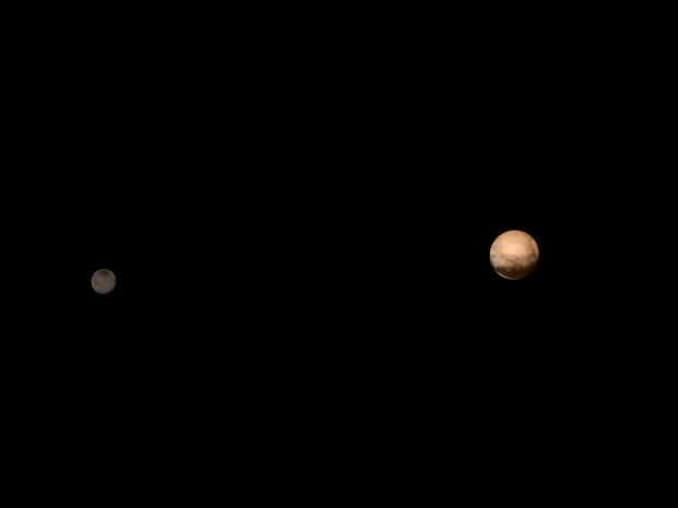 Plutão e Caronte em um retrato de família, feito pela New Horizons a 6 milhões de km deles, no dia 8 (Crédito: Nasa)