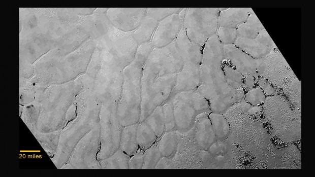Imagem da New Horizons revela as estranhas planícies congeladas de Sputnik Planum, em Plutão. (Crédito: Nasa)
