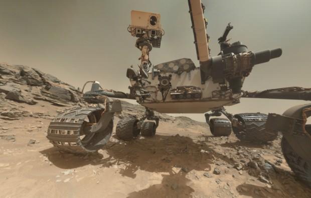 Auto-retrato feito pelo jipe Curiosity em Marte. A imagem é montada a partir de diversas fotos combinadas.