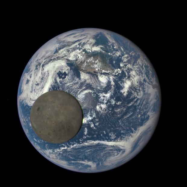 Câmera EPIC, do satélite Discovr, registra a Lua passando à frente da Terra (Crédito: Nasa)
