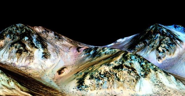 Estudo confirma que linhas escuras que aparecem na encosta da cratera Hale durante o verão são produzidas por água (Crédito: Nasa)