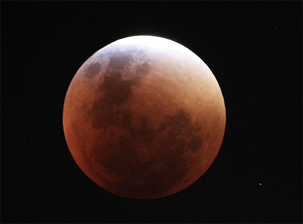 Imagem feita pelo astrofotógrafo Carlos Augusto Di Pietro em São Paulo mostra a beleza do eclipse lunar (Crédito: Carlos Augusto Di Pietro)