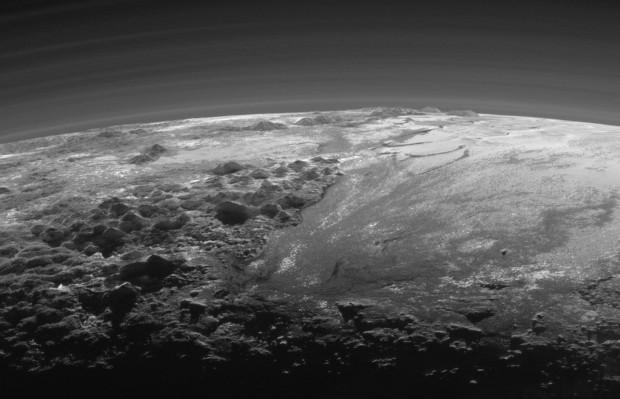 Montanhas e planícies de gelo encantam os cientistas. Isto é Plutão. (Crédito: Nasa)