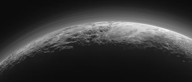 As brumas de Plutão, sobre um solo acidentado e geologicamente rico. Uau. (Crédito: Nasa)