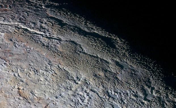 Que Plutão é esse? Os cientistas não fazem ideia de como interpretar isso. (Crédito: Nasa)