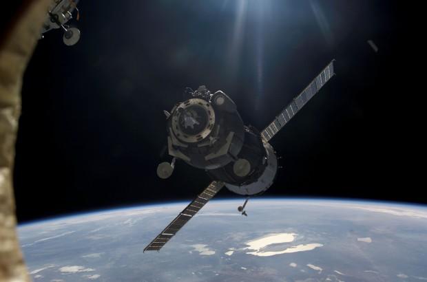 Imagem de uma Soyuz se aproximando da Estação Espacial Internacional. Está rolando algo assim agora, lá em cima. (Crédito: Nasa)
