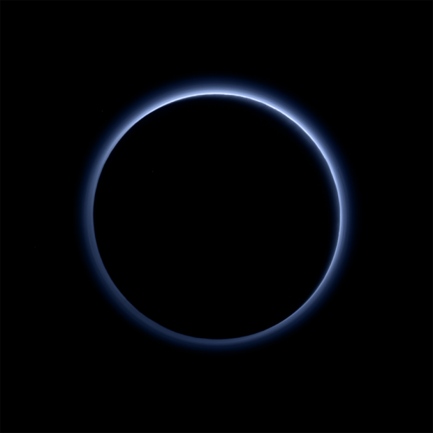 Imagem feita pela New Horizons que se aproxima do que veríamos com os próprios olhos revela a atmosfera azulada de Plutão. (Crédito: Nasa)