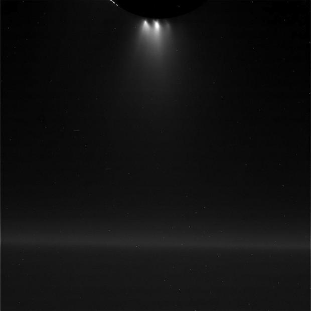 Os gêiseres de Encélado, após o sobrevoo, iluminados pela luz solar. (Crédito: Nasa)