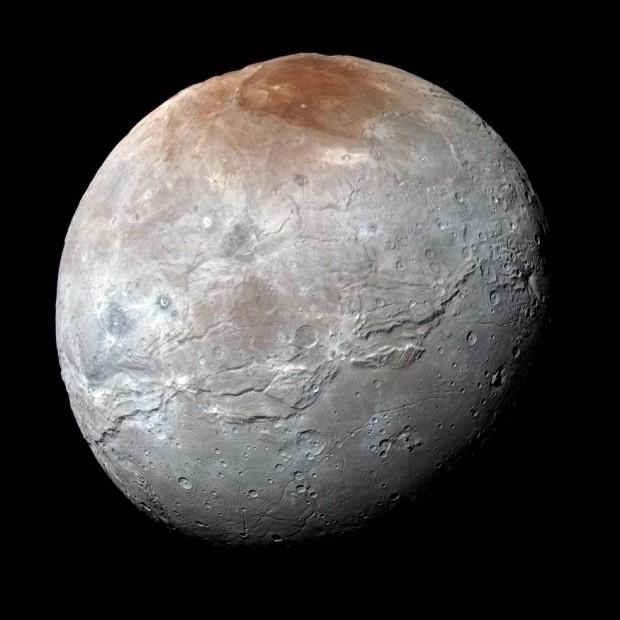 Caronte, vista pela sonda New Horizons, com cores realçadas para diferenciar composição dos terrenos (Crédito: Nasa)