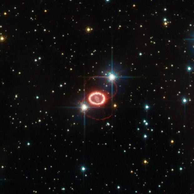 Imagem do Hubble revela o que restou da supernova que detonou em 1987 e teve alguns de seus neutrinos detectados aqui na Terra. (Crédito: Nasa/ESA/STScI)